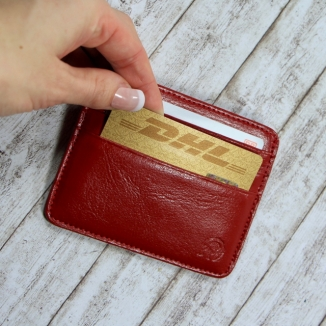 Rotes Kreditkartenetui klebende Karten